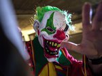 Opfer sticht Horror-Clown nieder - Notoperation
